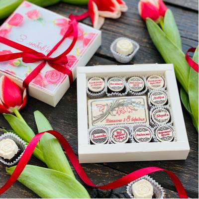 Подарки для женщин на 8 марта. Набор конфет с комплиментами